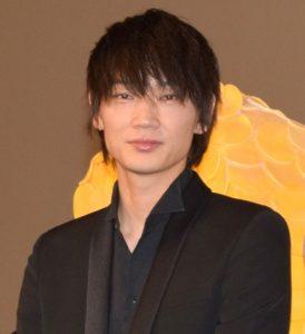 綾野剛 男性 スーツ